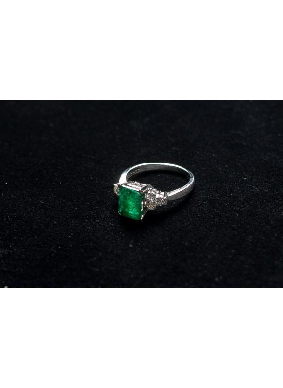 Кольцо с бриллиантами и зеленым изумрудом